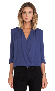 BLAQUE LABEL Crossover Blouse en Marine