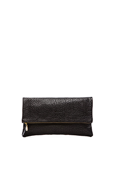 Clare V. Foldover Clutch en Pebbled Black