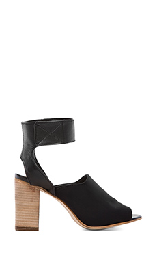 Steven Madden Sandal in Black