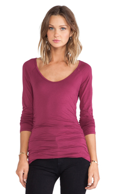Velvet by Graham & Spencer Amora Gauzy Whisper Top en Wildberry
